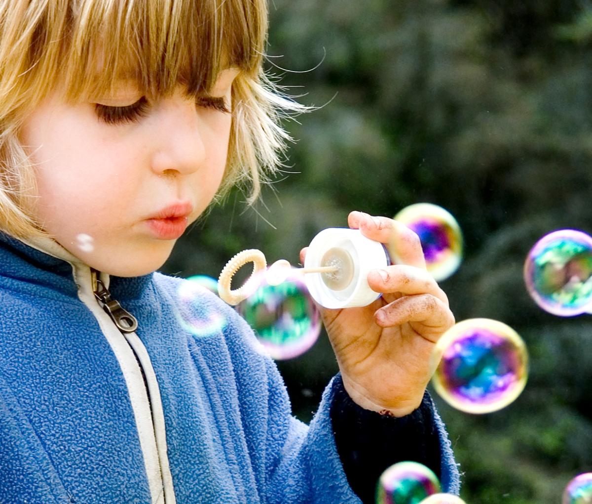 8 morsomme leker som stimulerer sansene til barnet (2-7 år)